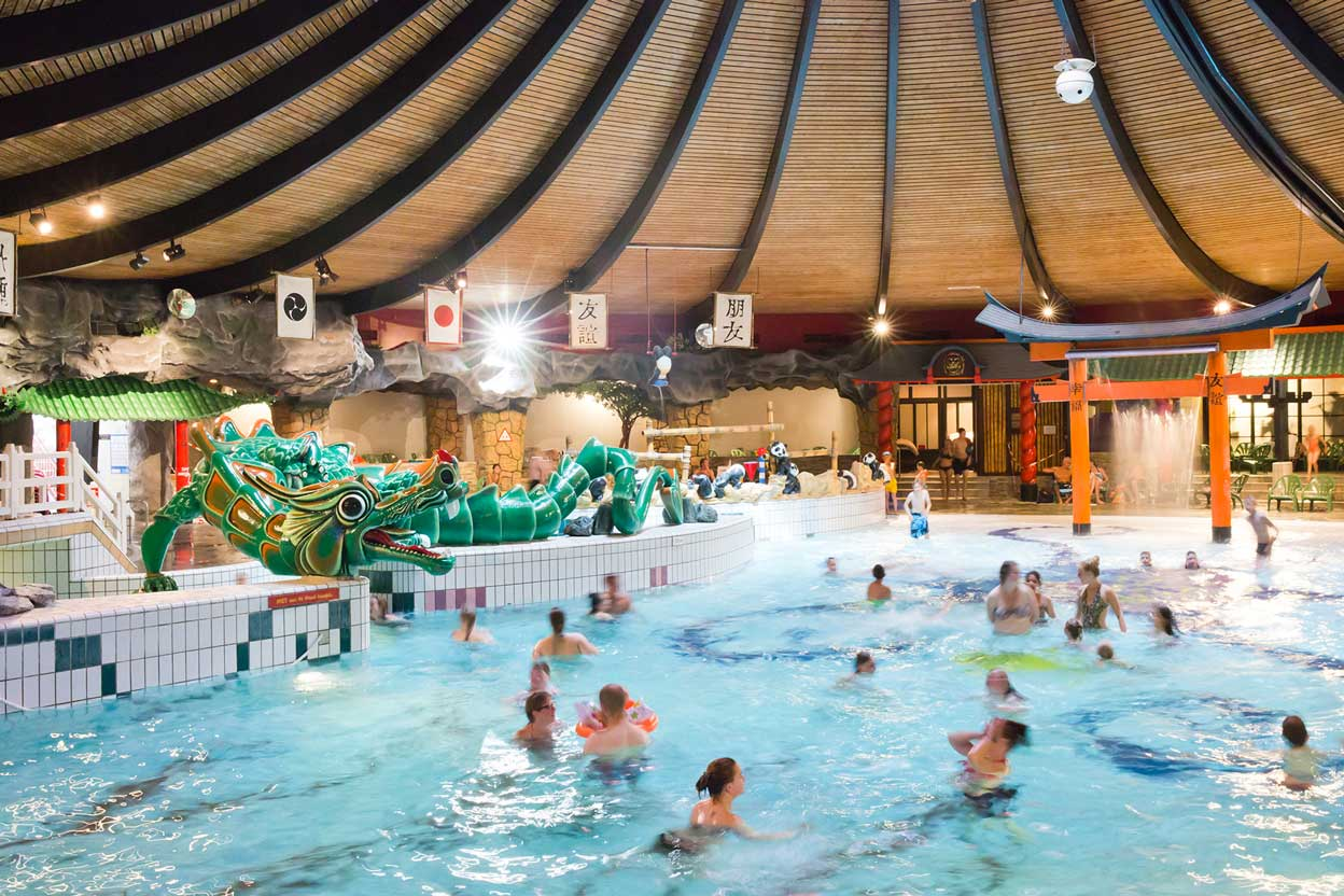 Zwembad met decoraties aan de kanten