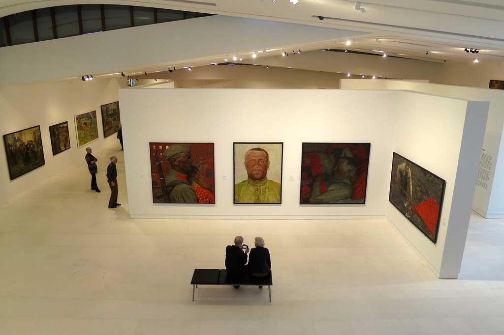 Zaal met schilderijen aan de muur
