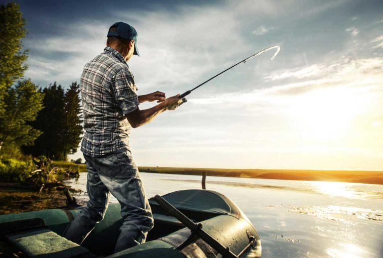 Man met een vishengel
