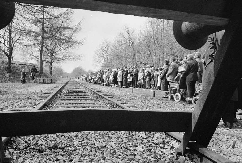 Treinspoor en een rij mensen